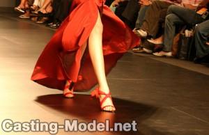 Casting Model läuft auf einem Laufsteg Catwalk